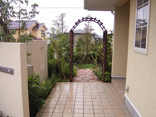 仙台市泉区 I 様邸 プロヴァンス風門柱とバラ香る庭_2|竜門園